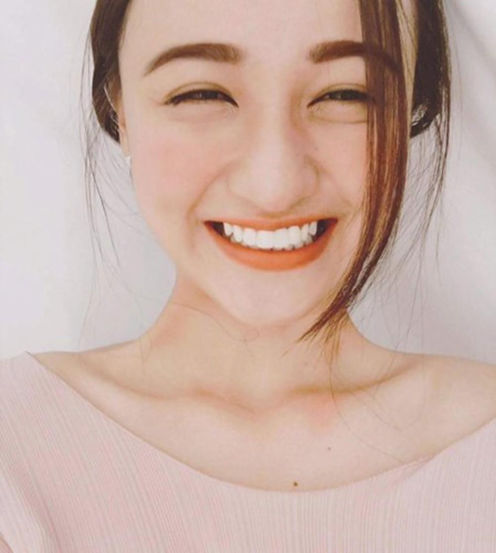 Hàm răng trắng sáng đi cùng một nụ cười rạng rỡ luôn là vũ khí tuyệt vời khiến đối phương không thể rời mắt khỏi bạn