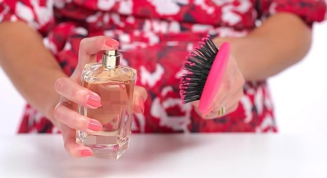 Xịt nước lên một chiếc lược giúp phân bố đều mùi thơm khắp các lọn tóc và không làm tóc bị hư tổn