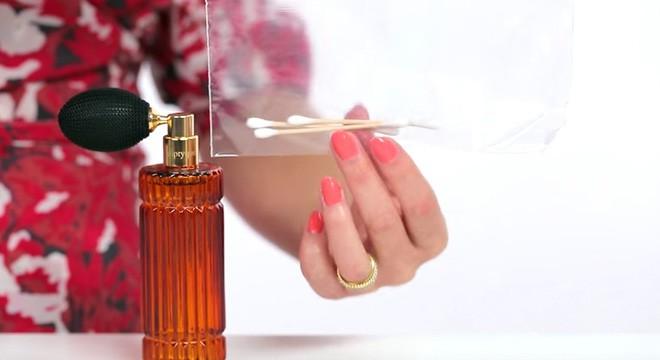 Tẩm nước hoa vào tăm bông giúp chị em thuận tiện khi sử dụng