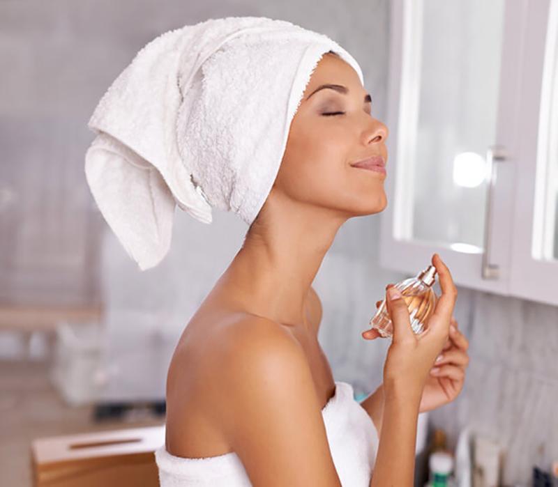 Sau khi tắm, làn da đang sạch và giàu độ ẩm nên các phân tử mùi hương sẽ dễ dàng quyện chặt vào da hơn