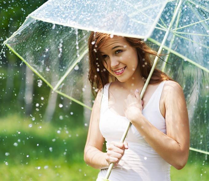 Hạn chế để làn da tiếp xúc với nước mưa sẽ giúp da của bạn không bị dị ứng và nổi mẩn đỏ
