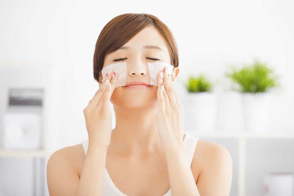 Sử dụng giấy thấm dầu là phương pháp tốt nhất để giữ cho làn da luôn khô thoáng vào mùa mưa
