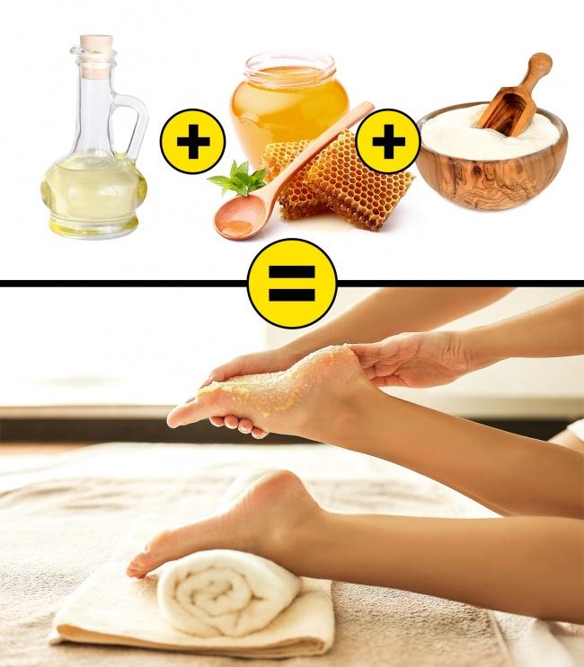 Trộn đều 3 thìa bột gạo cùng 1 thìa mật ong và 2 - 3 giọt giấm táo. Ngâm chân trong nước ấm khoảng 10 phút sau đó sử dụng hỗn hợp trên chà xát gót chân. Thực hiện 2 - 3 lần mỗi tuần. Các nguyên liệu này có tác dụng chống viêm, loại bỏ tế bào chết, tái tạo, làm mềm da.