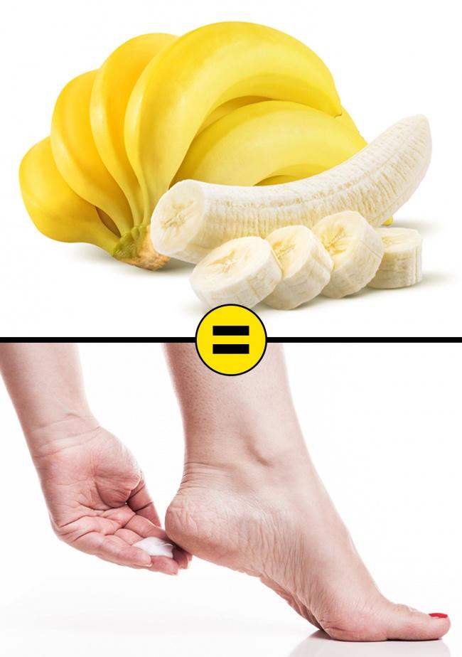 Dùng chuối chín nghiền nhuyễn thoa và massage nhẹ nhàng quanh gót chân. Sau khoảng 20 phút, rửa sạch lại với nước. Vitamin cùng dưỡng chất có trong chuối giúp làm mềm, dưỡng ẩm cho da, từ đó cải thiện độ đàn hồi cho da. Có thể thực hiện mỗi tối trước khi đi ngủ.