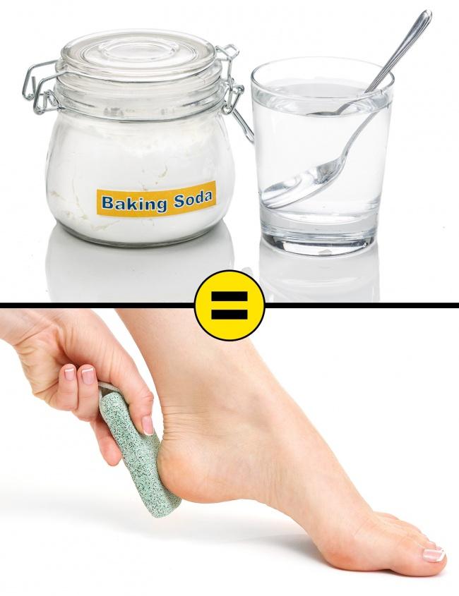 Pha 3 muỗng baking soda vào một chậu nước ấm. Ngâm chân trong dung dịch này khoảng 15 phút sau đó dùng đá bọt biển chà xát vùng da nứt nẻ và rửa sạch. Baking soda có khả năng tẩy tế bào chết, khử mùi.