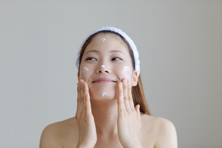 Tốt nhất là chị em nên thoa kem dưỡng ẩm lên mặt không quá một phút sau khi đã thấm khô nước trên da