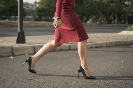 Mang giày cao gót sẽ ảnh hưởng trực tiếp đến vùng chậu