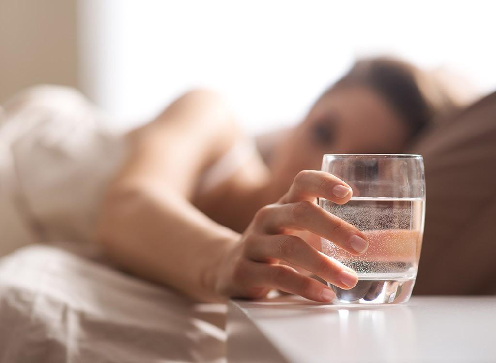 Uống đủ nước sẽ giảm tình trạng