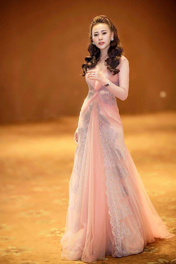 Không thua kém Ngọc Trinh, nữ chính 'Quỳnh búp bê' sành điệu với tủ đồ hiệu hàng trăm triệu đồng - Ảnh 3