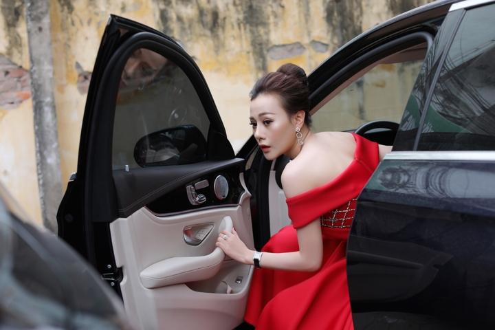 Không thua kém Ngọc Trinh, nữ chính 'Quỳnh búp bê' sành điệu với tủ đồ hiệu hàng trăm triệu đồng - Ảnh 7