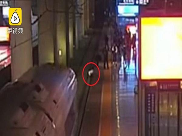 Nhảy xuống đường ray để hù dọa bạn trai, người phụ nữ suýt bị tàu cao tốc đâm trúng - Ảnh 1