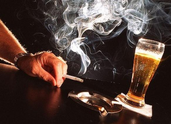 Có nhiều nguyên nhân dẫn đến bệnh xơ vữa động mạch như: Chế độ ăn uống quá nhiều dầu mỡ, hút thuốc lá, uống rượu bia,...