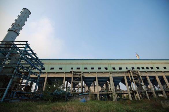 Các thiết bị của dự án mở rộng nhà máy nằm im lìm, phơi mưa nắng và bị han gỉ - Ảnh: NAM TRẦN