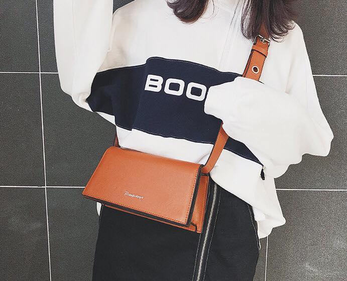 Ngoài kiểu dáng tinh tế, túi xách hình thang còn mang thêm vẻ đẹp nữ tính, cổ điển vàquyến rũchẳng kém cạnh bất cứ chiếc túi nào khác