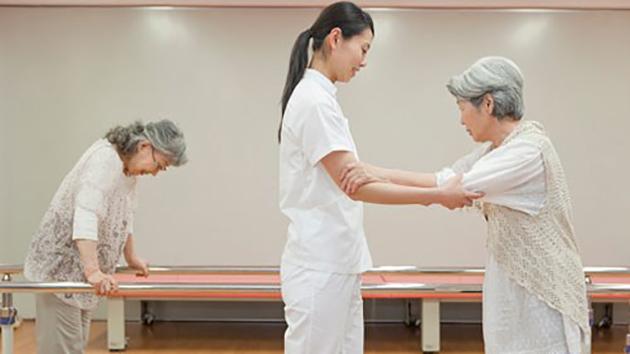 Tập vật lý trị liệu là một trong những phương pháp hữu hiệu giúp bệnh nhân thoái hóa khớp háng cải thiện sức khỏe