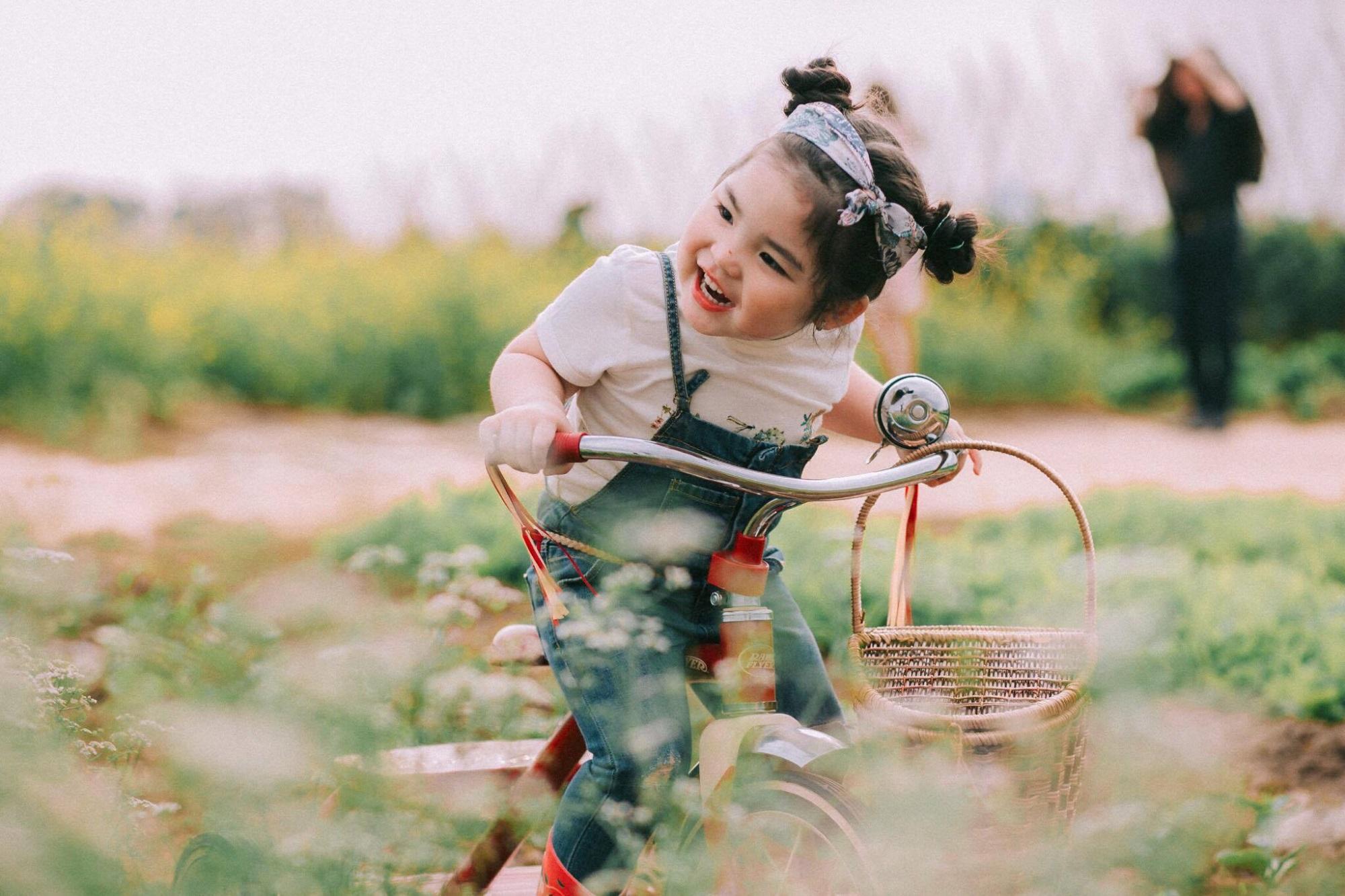 Phiên bản 'thiếu nữ bên hoa huệ' của cô bé 5 tuổi 'gây bão' cộng đồng mạng, hội chị em nhất quyết 'phải sinh con gái' - Ảnh 11