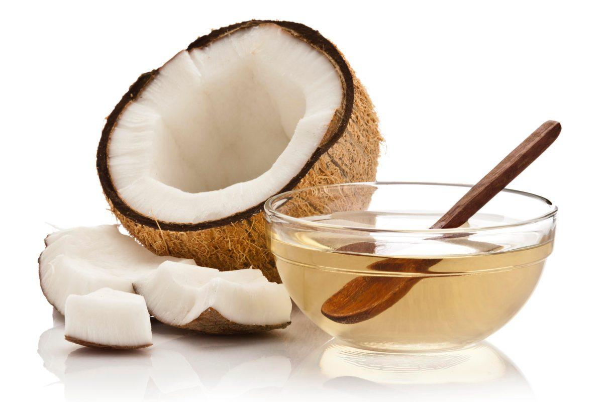 Phái nữ có thể sử dụng dầu dừa thoa trực tiếp trên các vùng da bị cháy nắng để làm dịu và lành da
