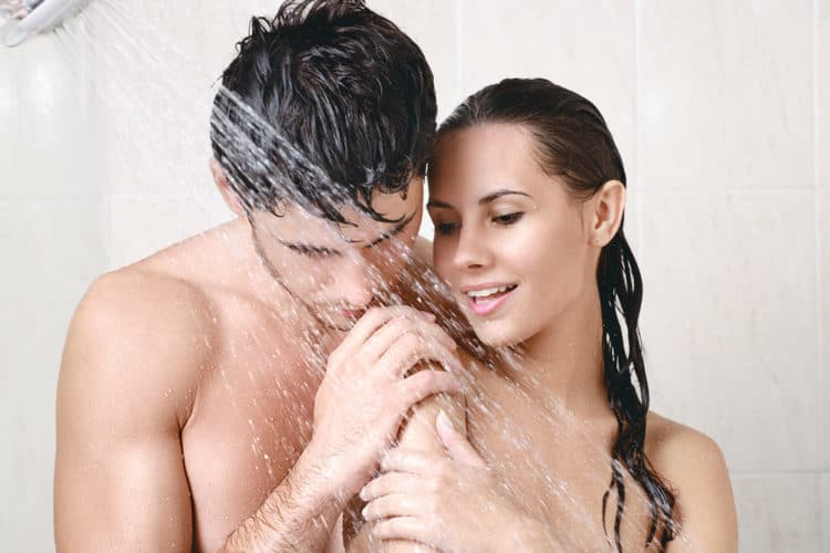 Quan hệ trong phòng tắm có thể rửa trôi chất bôi trơn tự nhiên của âm đạo.