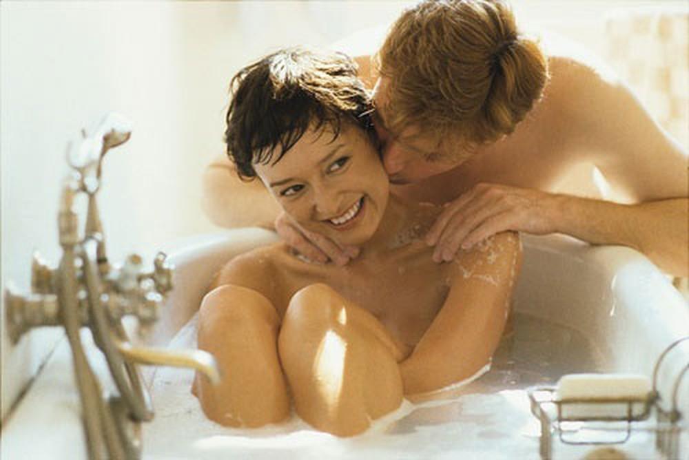 Quan hệ trong phòng tắm sẽ mang đến nhiều khoái cảm mới lạ cho cả hai.