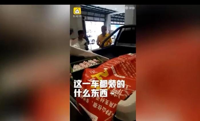Nhân viên ở cửa hàng xe bối rối khi thấy chiếc xe tải đầy tiền xu