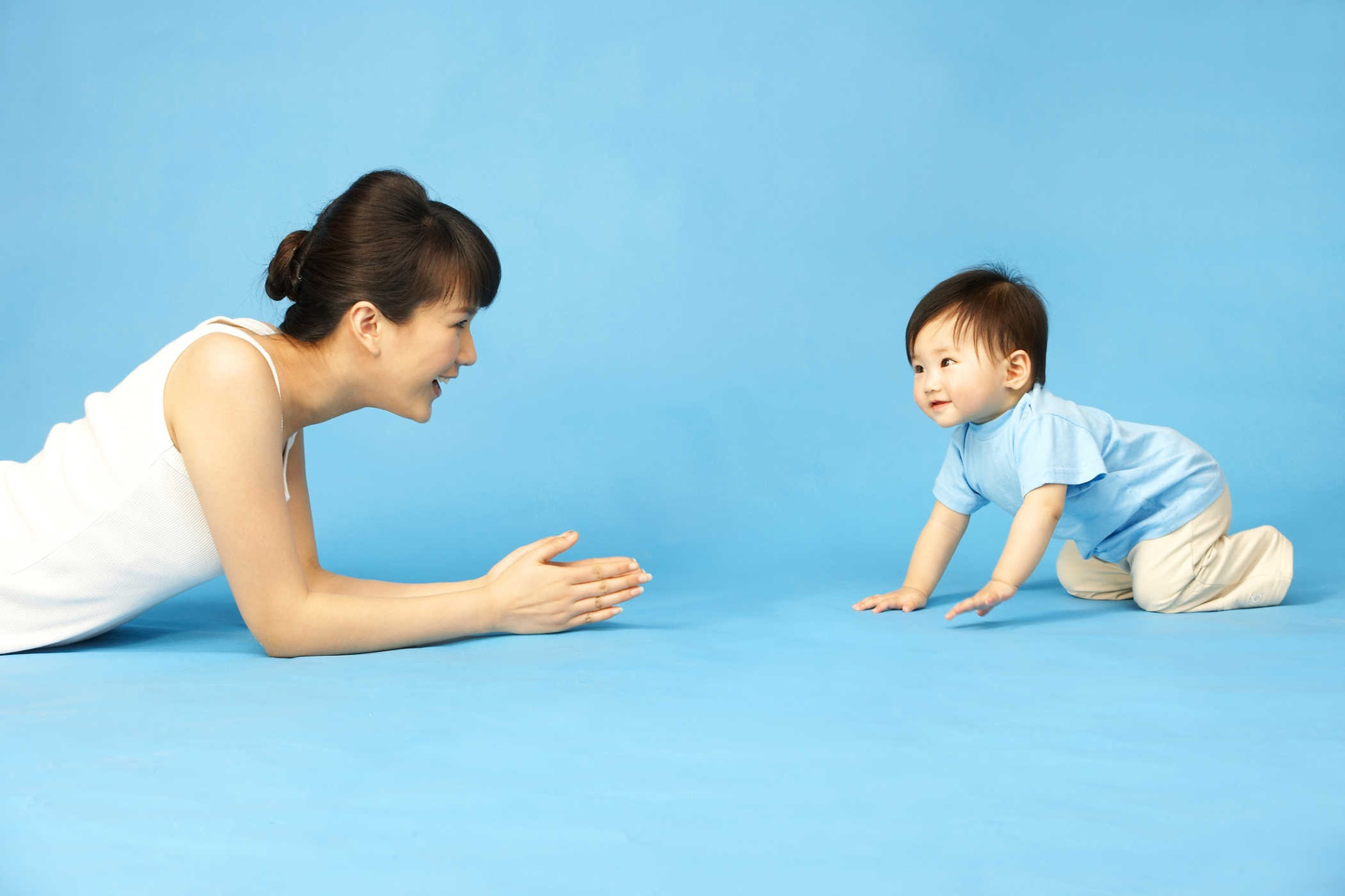 Theo dõi các cột mốc phát triển của trẻ từ 0-18 tháng  - Ảnh 2