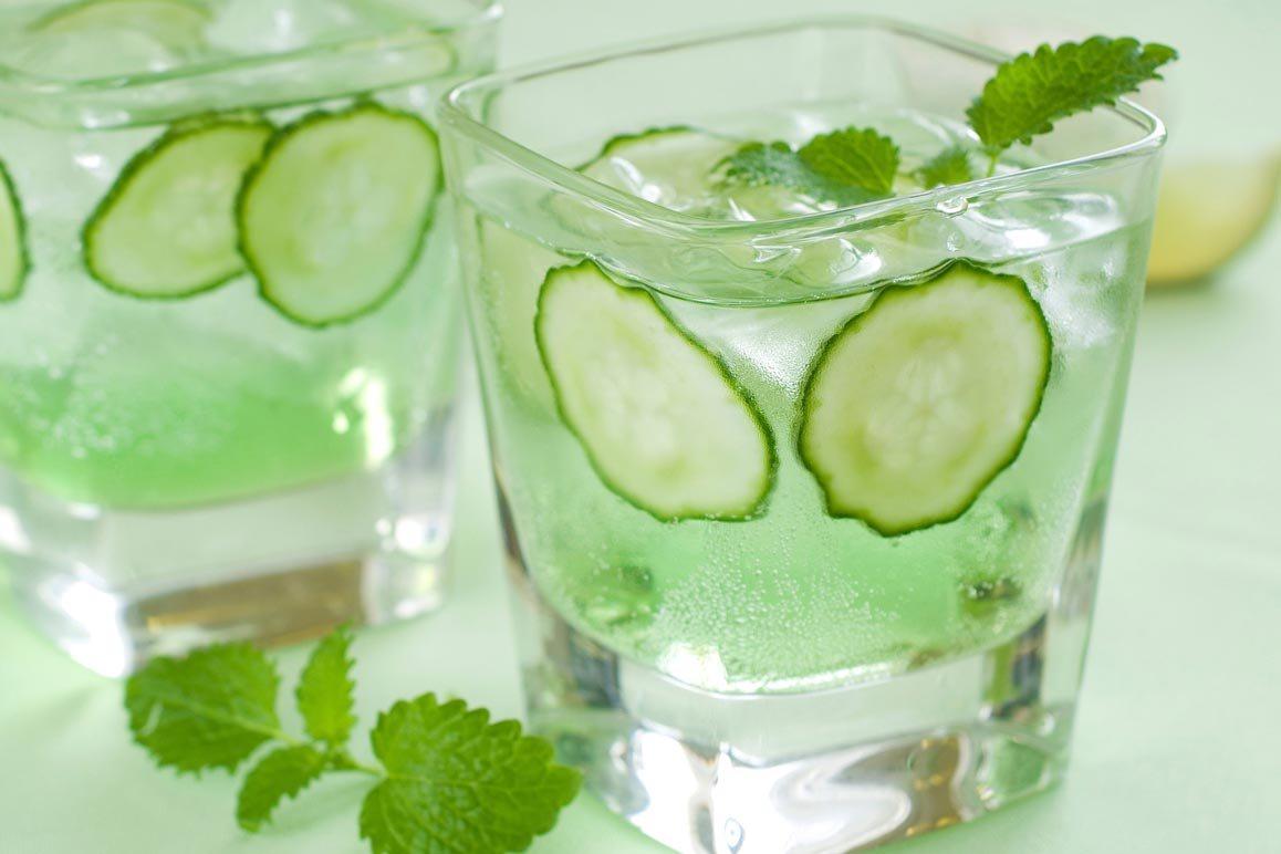 Uống nước dưa leo ngâm là một trong những cách giúp bạn cân bằng lượng đường huyết hiệu quả cũng như cải thiện sức khỏe toàn diện