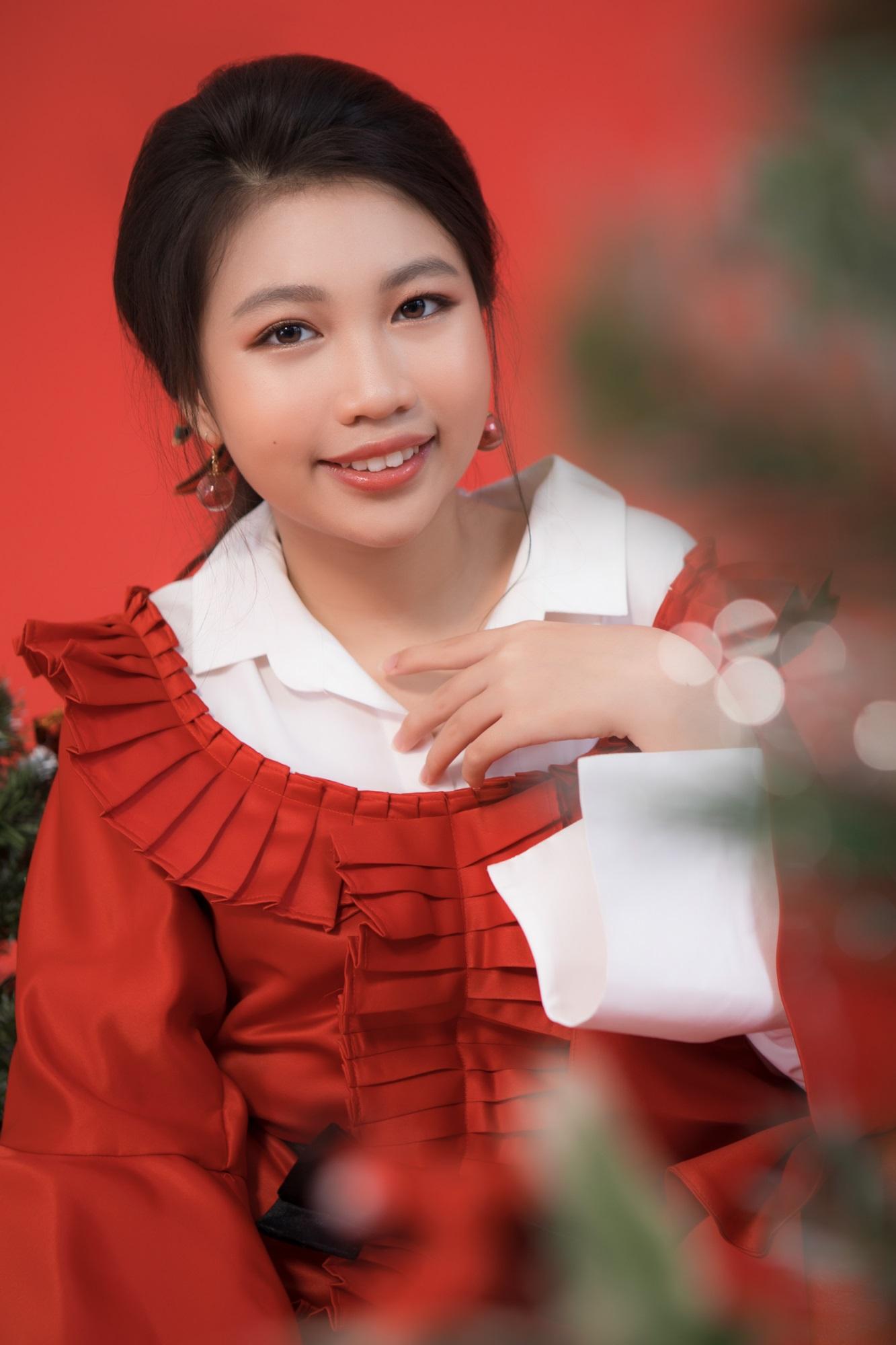 Hoa hậu Hoàn vũ nhí Ngọc Lan Vy 'lột xác' thành 'thiếu nữ' xinh đẹp trong bộ ảnh mừng Giáng sinh - Ảnh 9