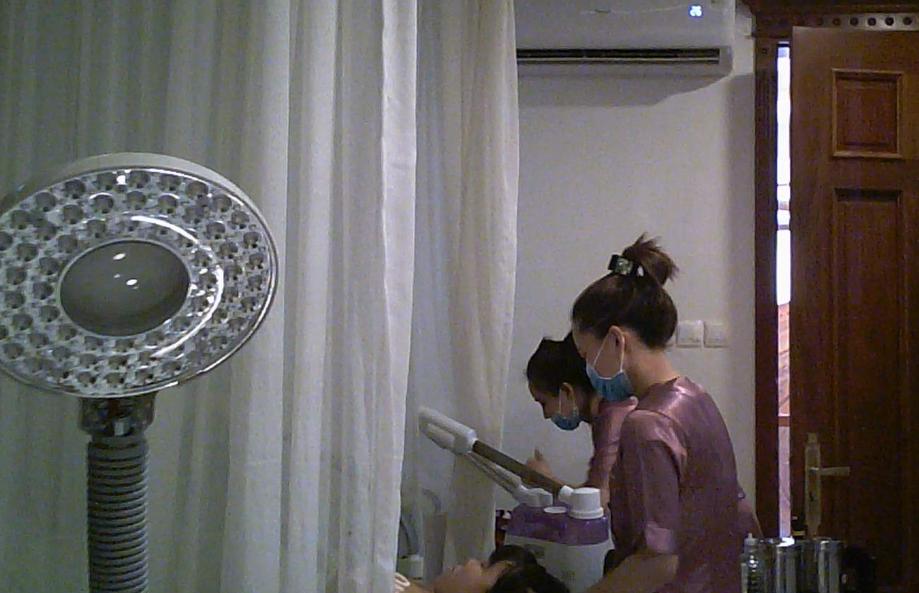 Căn phòng để truyền trắng cũng chính là phòng chăm sóc da mặt bình thường, không hề có bác sĩ