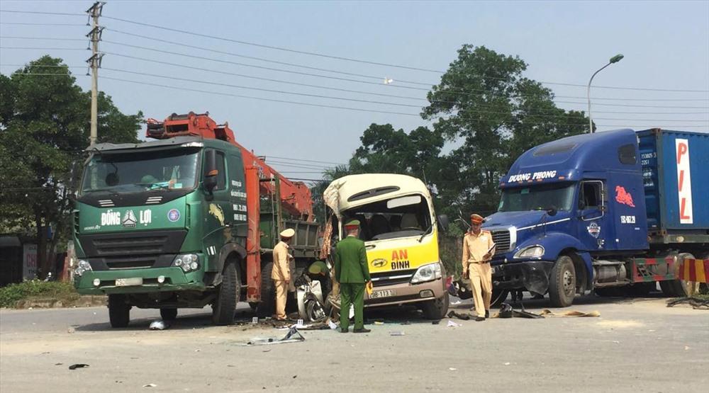 Tai nạn liên hoàn trên Đại lộ Thăng Long, cặp vợ chồng tử vong thương tâm - Ảnh 1