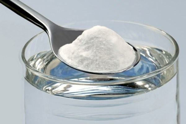 Dùng banking soda giúp loại bỏ vết bẩn trên bề mặt bàn ủi