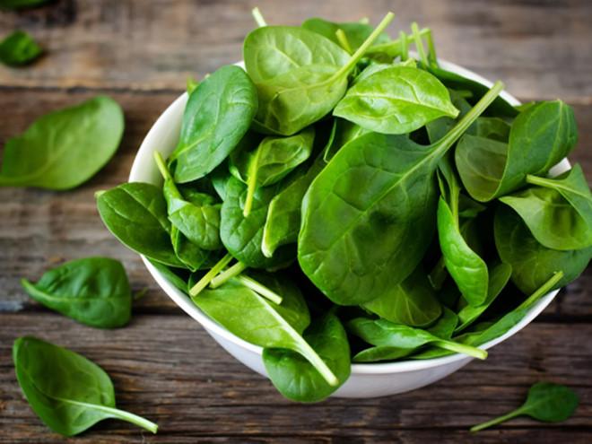 Các loại rau lá xanh rất giàu vitamin và chất xơ, có tác dụng thúc đẩy hoạt động của hệ tiêu hóa, tăng cường tuần hoàn máu