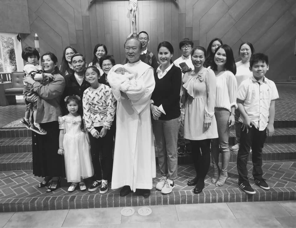 Thân Thúy Hàâu yếm con gái mới sinh trong lễ rửa tội - Ảnh 5