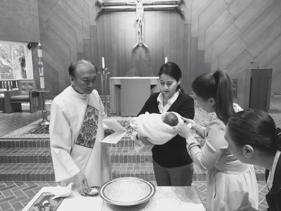 Thân Thúy Hàâu yếm con gái mới sinh trong lễ rửa tội - Ảnh 1