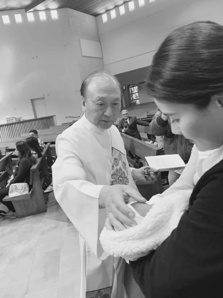 Thân Thúy Hàâu yếm con gái mới sinh trong lễ rửa tội - Ảnh 4