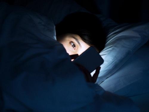 Tiếp xúc với ánh sáng màn hình thiết bị điện tử vào ban đêm có thể ngăn chặn việc sản xuất hormone melatoni