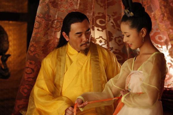 Bên trong sẽ có hai cung nữ đứng chờ sẵn để giúp mỹ nữ mặc một bộ đồ lụa trắng trong thời gian chờ hoàng đế.