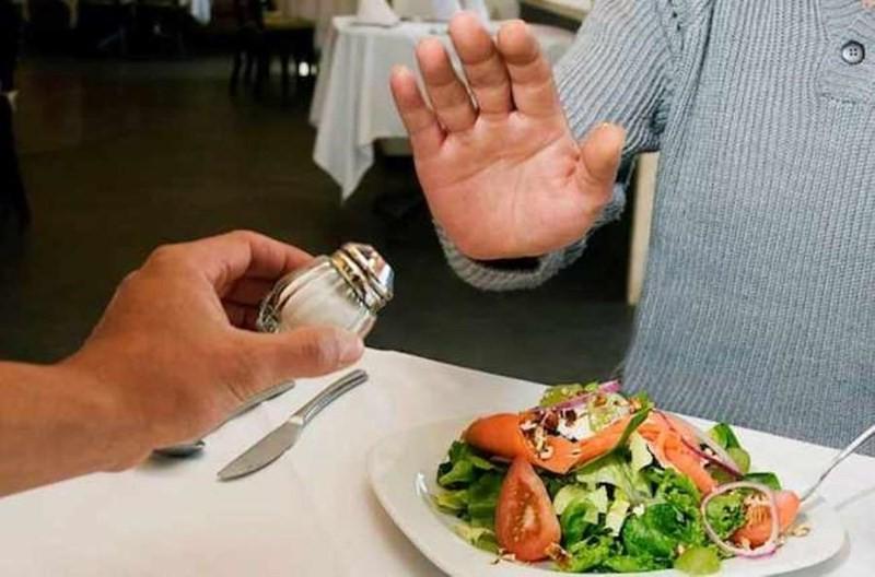 Ăn uống khoa học (ăn nhiều rau củ quả, hạn chế dùng muối và thực phẩm chế biến sẵn,...), có lối sống lành mạnh,... để ngăn ngừa nhiều căn bệnh nguy hiểm