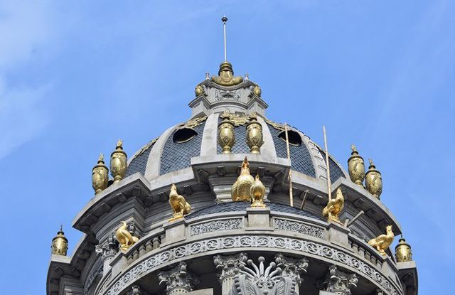 6 con gà và một số đồ trang trí trên nóc nhà được dát vàng.