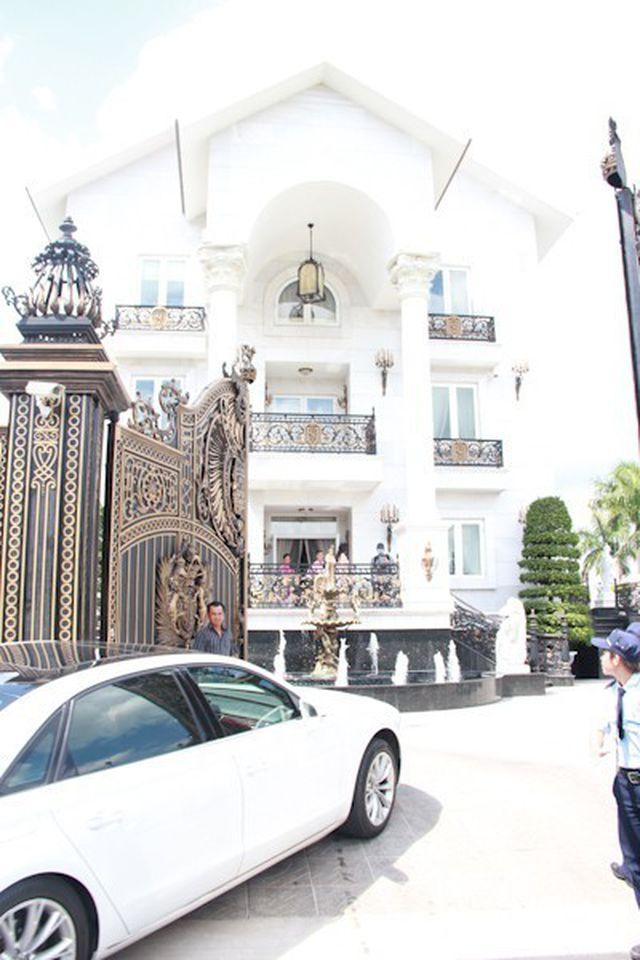 Tòa lâu đài được thiết kế cầu kỳ và hoành tráng.