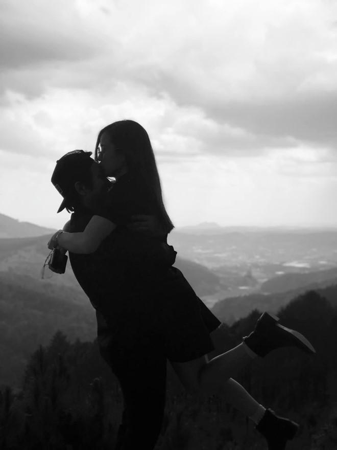 Hoài Lâm và bạn gái tận hưởng khoảnh khắc ngọt ngào.