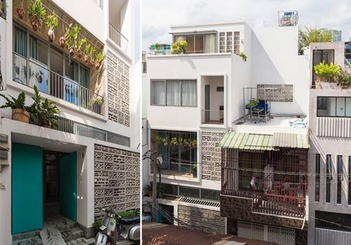 Ngôi nhà tổng diện tích 95 m2 ở quận Phú Nhuận, TP HCM nằm trên khu đất hình chữ L ngang, với 2 lô đất nhỏ giao nhau bằng một đoạn chỉ vỏn vẹn hơn 1 m. Một nửa ngôi nhà nằm ẩn sau hai ngôi nhà khác. Bạn sẽ chỉ nhận ra sự đặc biệt này nếu nhìn từ trên cao.