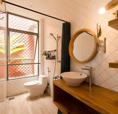 Không gian nhà vệ sinh hiện đại, sạch sẽ.