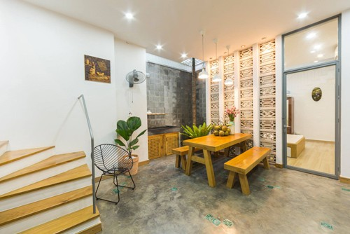 Chủ nhà cũng là một nhà thiết kế nên quá trình làm nội thất, anh cũng góp tay hoàn thiện căn nhà cho vừa ý nhất. Những gam màu đơn giản, mộc mạc như trắng, xám hồ dầu, bê tông, đá và đỏ gạch được ưu tiên sử dụng. Nhiều chậu cây từ nhỏ tới lớn được rải đều trong các phòng.
