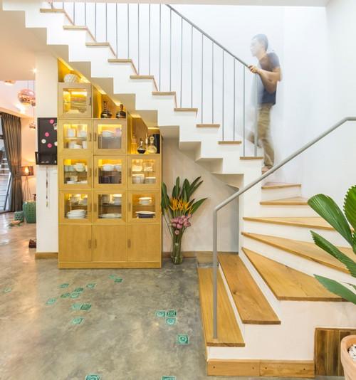 Những chiếc kệ, bàn ghế, tủ đựng, nền cầu thang bằng gỗ... khiến ngôi nhà có cảm giác thân thuộc.