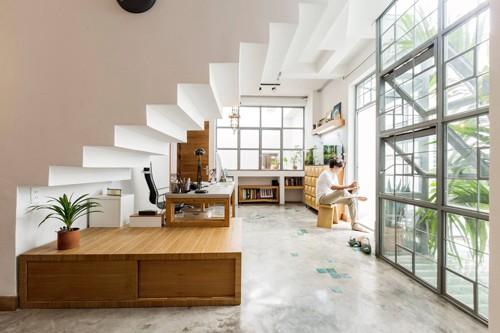 Tầng 2 là không gian làm việc, kết hợp luôn phòng ngủ của gia chủ. Những ô cửa kính được sử dụng để lấy ánh sáng tự nhiên từ bên ngoài.