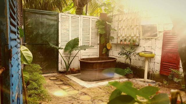 Khu vệ sinh tách biệt cách xa nhà chừng 10 m2, được trang trí theo phong cách gần gũi thiên nhiên.