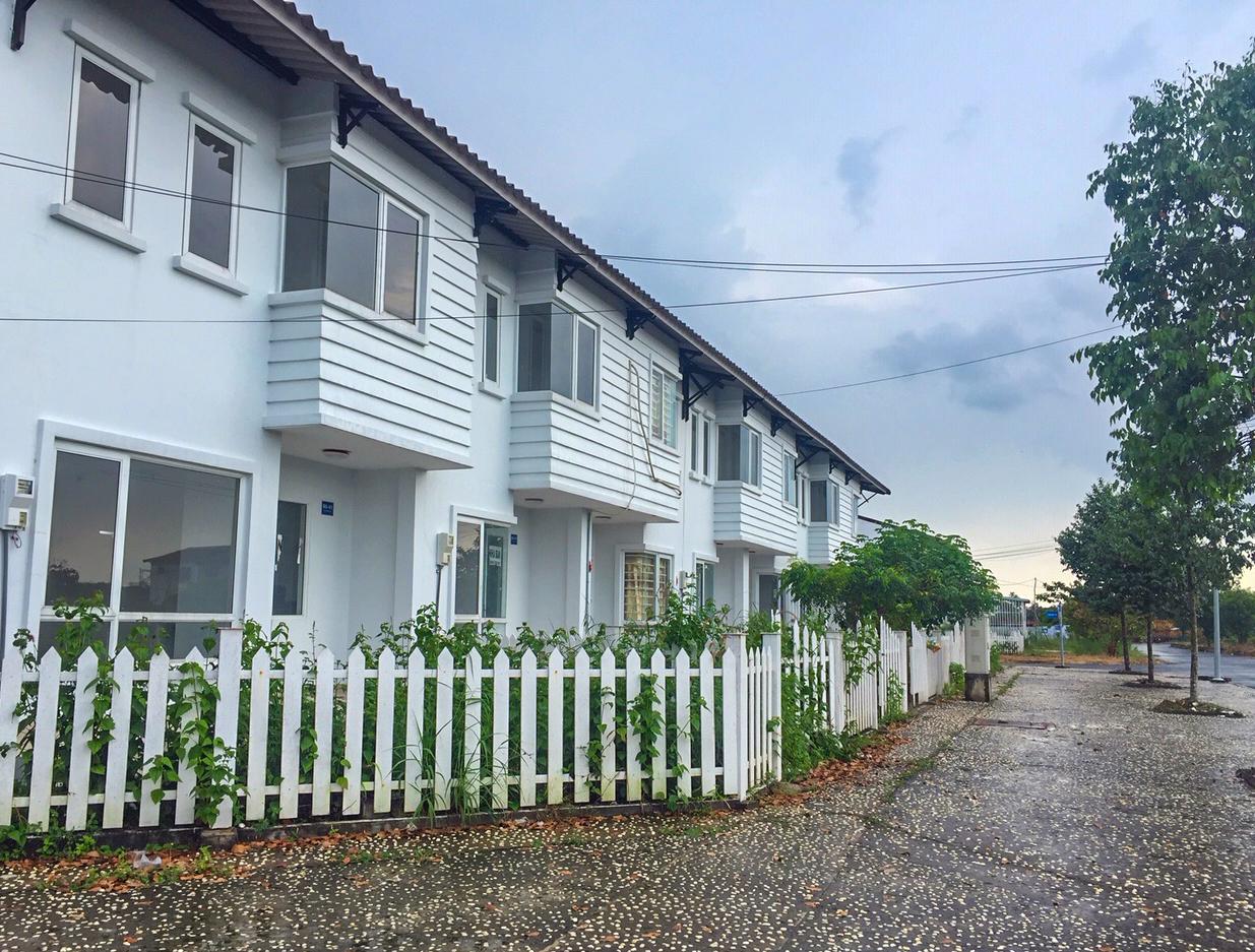 Những căn nhà khang trang nhưng vắng người ở tại dự án Thang Long Home - Phước An của Thăng Long Real Group. Ảnh: V.D