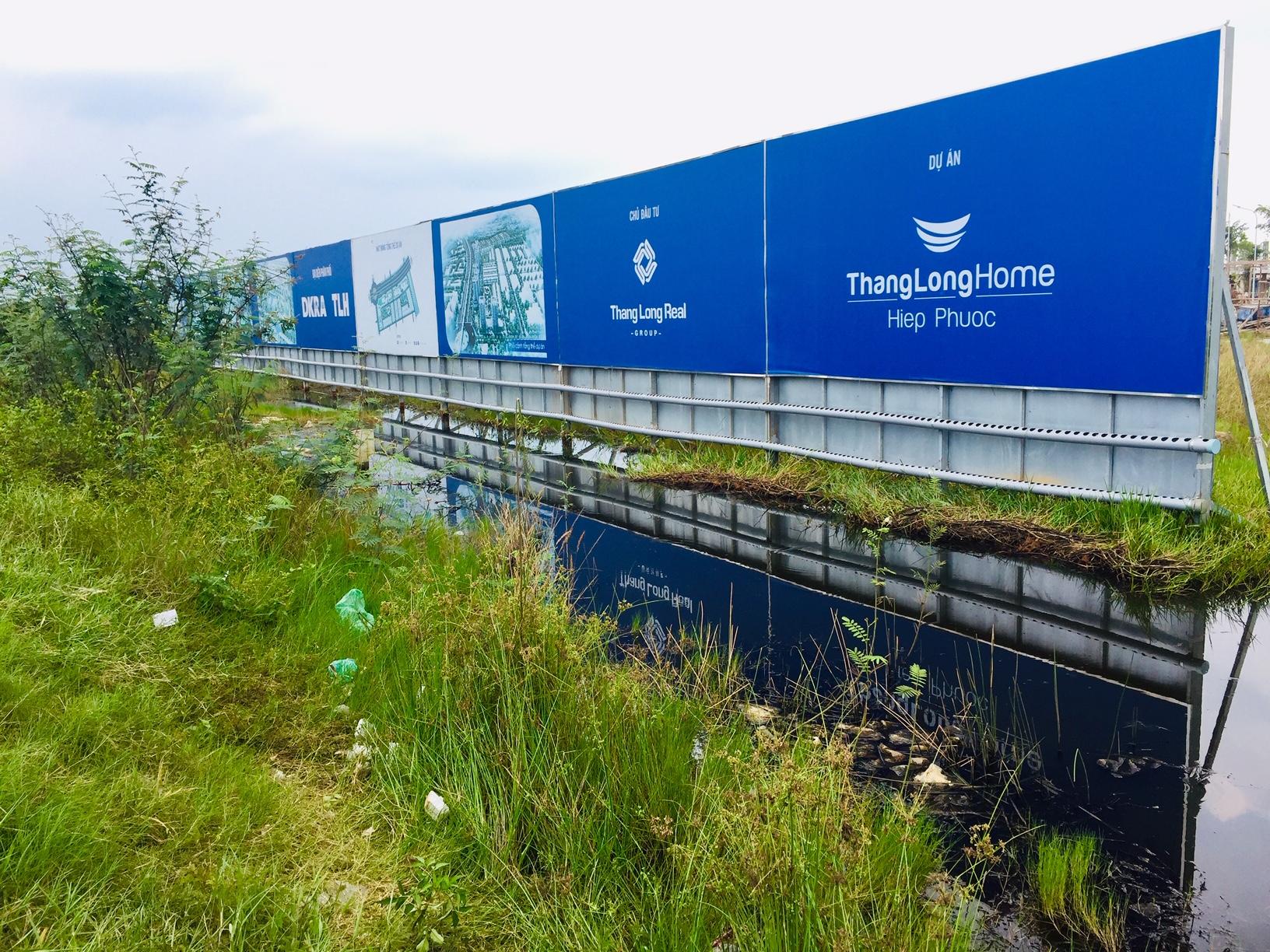 Dự án Thang Long Home - Hiệp Phước nằm cạnh con kênh rạch nước đen ngòm, hôi thối nhưng được chủ đầu tư quảng cáo với những