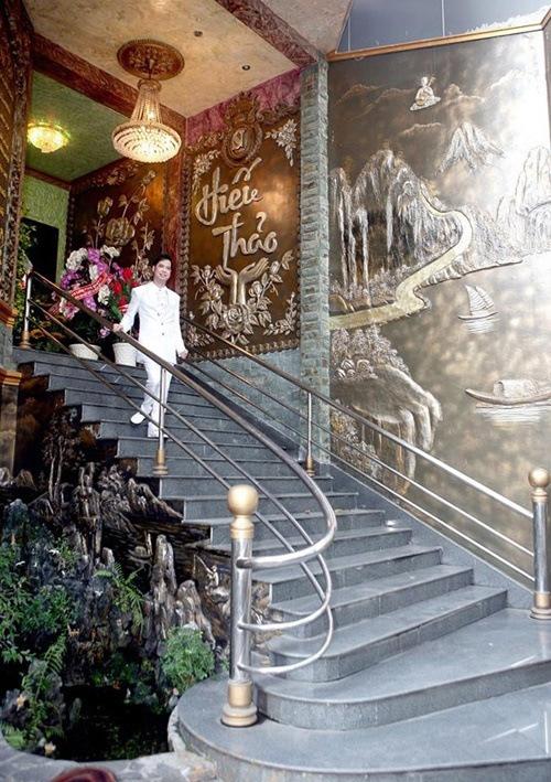 Để vào nhà anh phải đi lên bậc thang dài và hệ thống điều khiển tự động cùng cánh cửa khổng lồ.