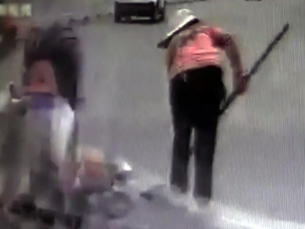 Chiếc ô tô húc văng hai nữ công nhân đang quyết dọn trên đường